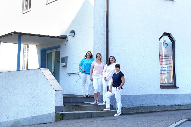 Das Team vor dem Hebammenhaus